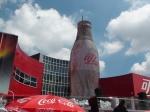 Auch Coca-Cola ist auf der Expo vertreten. Die Firma zeigt einen Film und verteilt Cola, die beim Öffnen zu Eis gefriert.