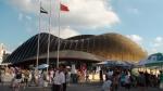 Der Vereinigte Arabische Emirate-Pavillion kündigt sich durch die sandige Außengestaltung und die goldbraune Farbe an.