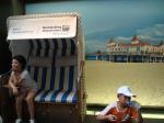 Vor dem schönen Postkartenbild Mecklenburgs steht ein original Strandkorb.