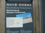 Zu einem Großformat des Postkartenbildes gibt es eine Tafel mit dem Postkartentext auf Chinesisch, Deutsch und Englisch und den Daten des Bundeslandes