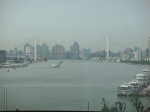 Die Begrenzung im Westen ist die Nanpu-Brücke, die erste Brücke von Shanghai, fertiggestellt 1991. Heute stellt sie das Rückgrat der Verbindung zu den wichtigsten Schnellstraßen von Pudong dar.