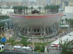 Direkt neben dem Indien-Pavillion befindet sich der schiffartige Saudi-Pavillion. Der Bug ist nach Mekka ausgerichtet. Seine Hauptattraktion ist das wohl größte 3D-Kino der Welt, für den manche Leute auch einen ganzen Tag warten.